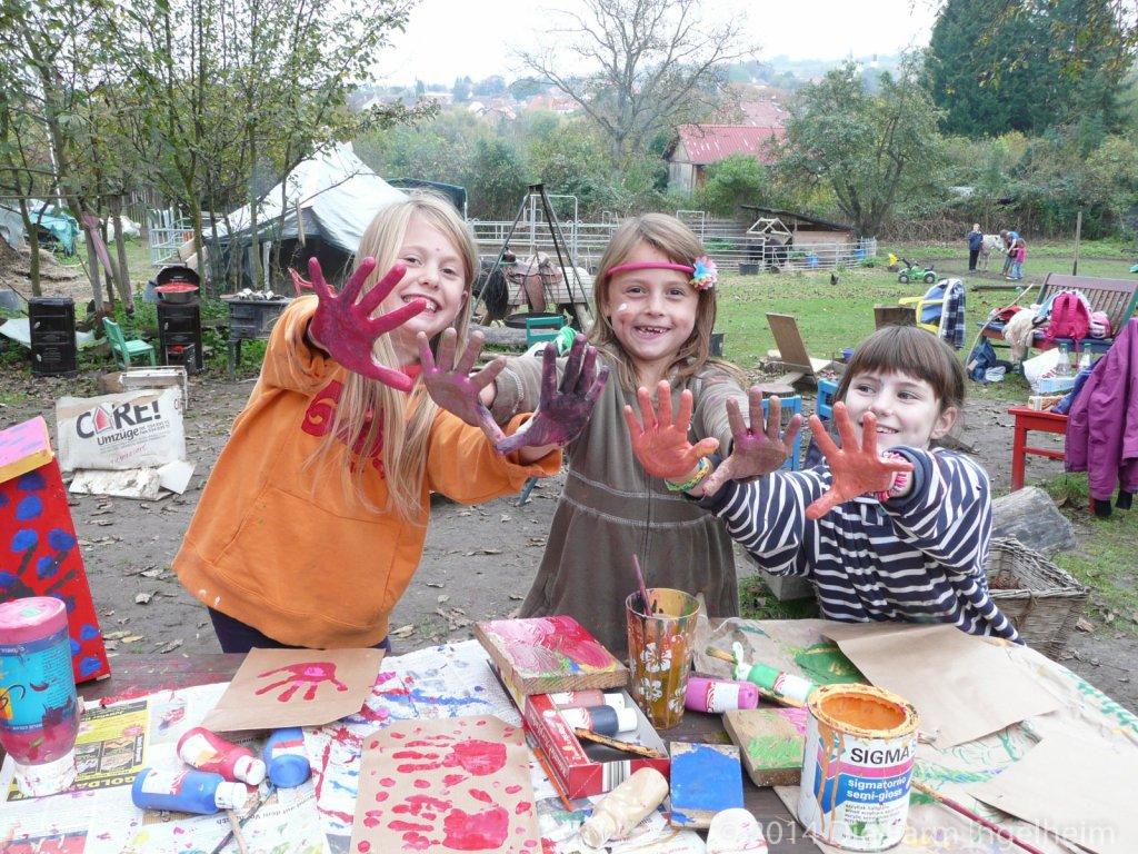 Schulkinder beim Malen mit Fingerfarben