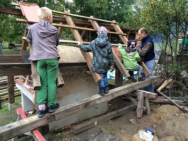 Fleißige Helfer beim Holzdach zimmern